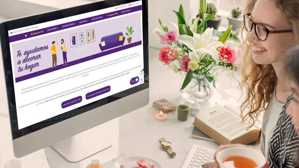 Foto de Una usuaria de e-commerce navengando por internet en su