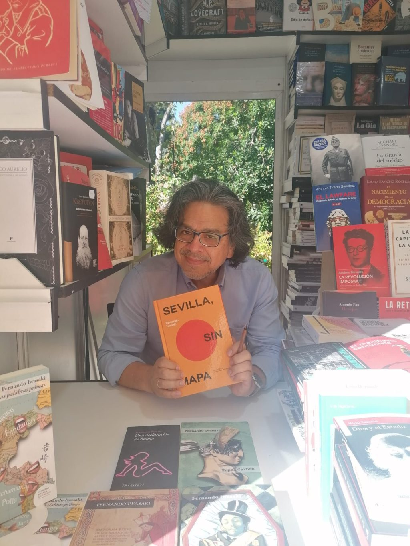 Foto de El escritor Fernando Iwasaki publica